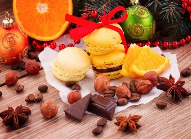 Świąteczne makaroniki możesz przygotować w ulubionych wersjach, z cytryną, pomarańczą i czekoladą! /123RF/PICSEL