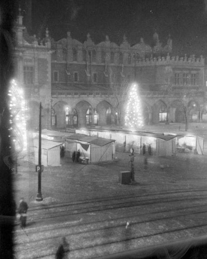Świąteczne ozdoby na krakowskim rynku podczas niemieckiej okupacji /domena publiczna