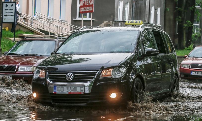 """Światła postojowe oraz przeciwmgielne - zawodowy kierowca """"daje przykład"""" /Karolina Misztal /Reporter"""