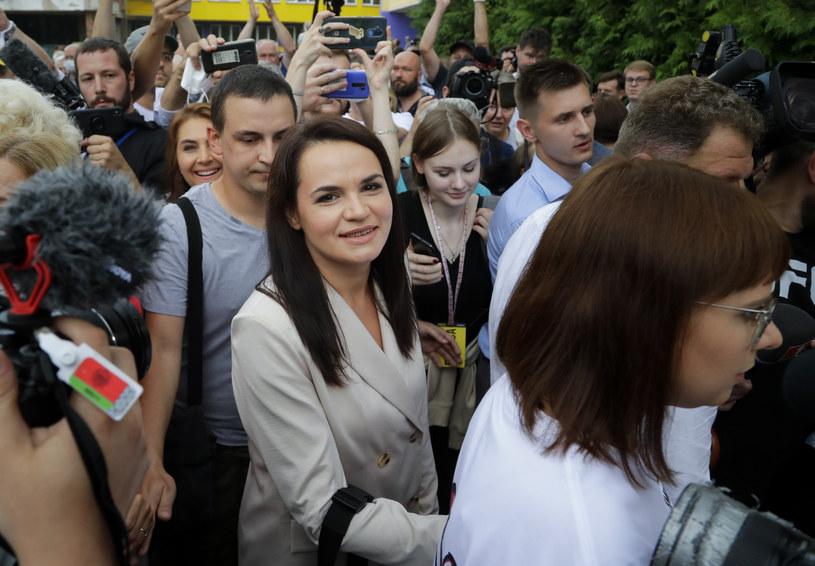 Swiatłana Cichanouska w otoczeniu tłumu wyborców po wyjściu z lokalu wyborczego /AP /East News