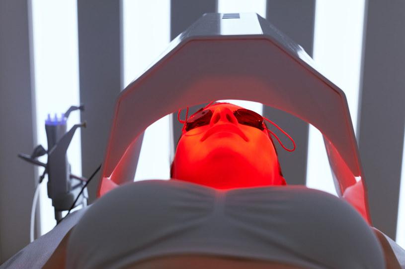 Światło wykorzystuje się też w leczeniu chorób skóry /123RF/PICSEL