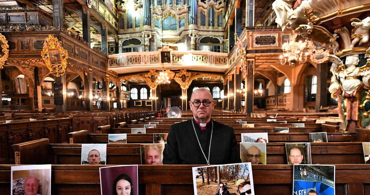 Świdnica: Nabożeństwa w czasie epidemii - puste kościelne ławy, a w nich zdjęcia parafian