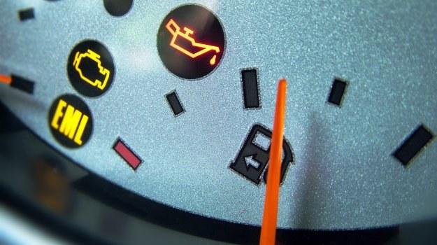 Świecąca w czasie jazdy kontrolka ciśnienia oleju oznacza konieczność natychmiastowego wyłączenia silnika. /Motor