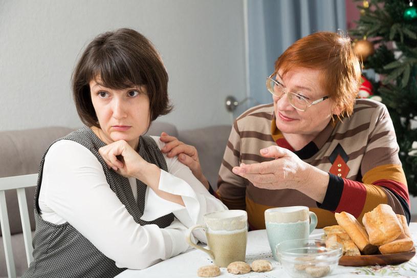 Święta to doskonały czas, by odpocząć od problemów - lepiej nie poruszaj ich przy stole /123RF/PICSEL