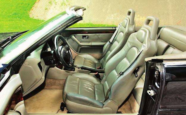 Świetne fotele Recaro z wbudowanym pałąkami przeciwkapotażowymi wymusiły wzmocnienie podłogi. /Motor