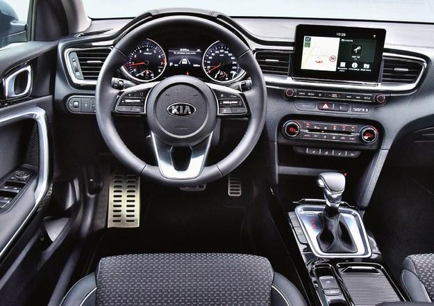"""Świetnie rozplanowany i porządnie wykończony kokpit. Mała obudowa airbagu w kierownicy i wystający ekran świadczą o tym, że Kia """"zna"""" najnowsze trendy. /Motor"""