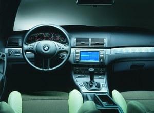 Świetnie wykonana deska rozdzielcza wersji Compact nie różni się od tej z limuzyny, czy Coupe. Przyciski obok lewarka otwierają przednie okna i... uchylają tylne. /BMW