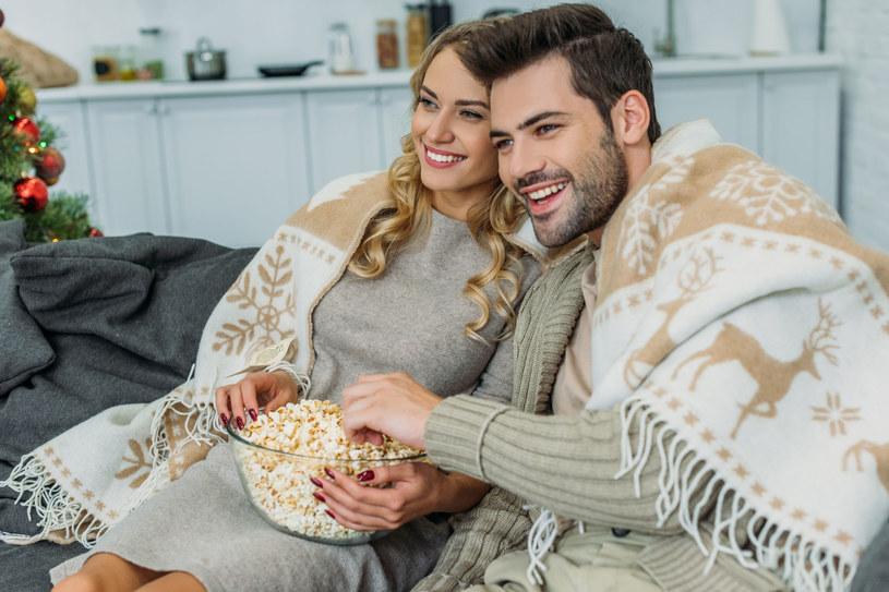 Świetnym prezentem dla młodego małżeństwa będzie internetowy pakiet telewizyjny /123RF/PICSEL