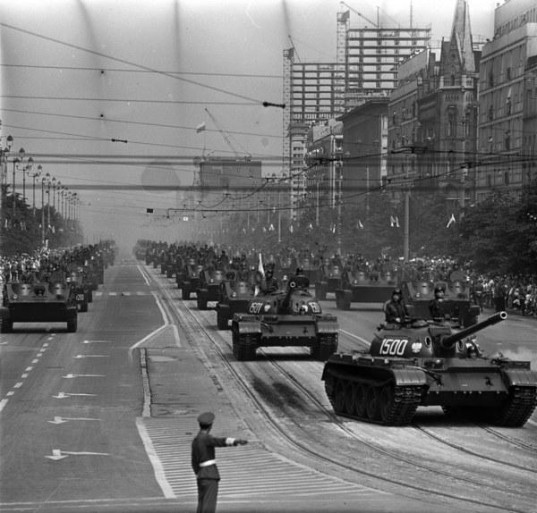 Warszawa, 22.07.1965, Święto Odrodzenia Polski, defilada wojskowa; nz/ czołgi T-55 i transportery opancerzone OT-62 TOPAS