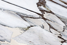 Świętokrzyskie: Chłopcy weszli na zamarzniętą rzekę, lód pękł