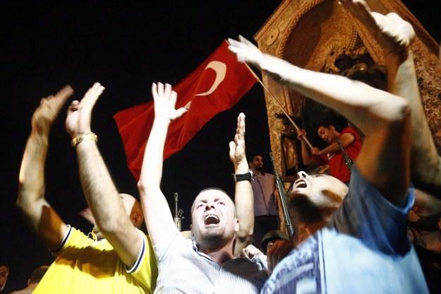 Świętujący mieszkańcy Ankary /SEDAT SUNA /PAP/EPA