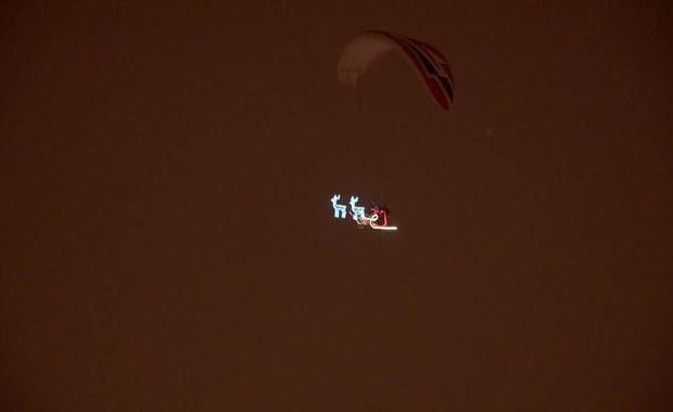 Święty Mikołaj przeleciał nad Białymstokiem. Zobaczcie mistrza świata w akcji!