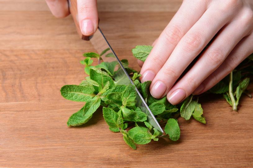 Świeżą miętę można dziś z łatwością kupić w warzywniaku /123RF/PICSEL