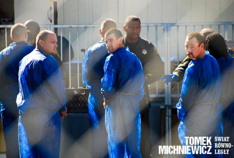 Świeżaki noszą niebieskie uniformy z papieru /materiały prasowe