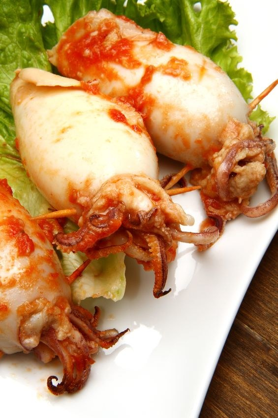 Swieże kalmary możesz nadziać dowolnym farszem, np serem, szpinakiem i oliwkami i grillować /123RF/PICSEL