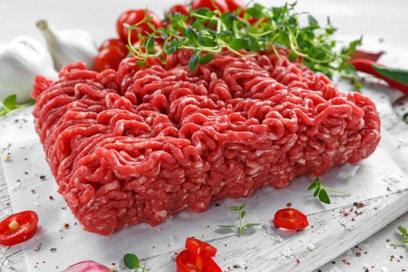Świeże mięso mielone powinno mieć różowy bądź czerwony kolor /123RF/PICSEL
