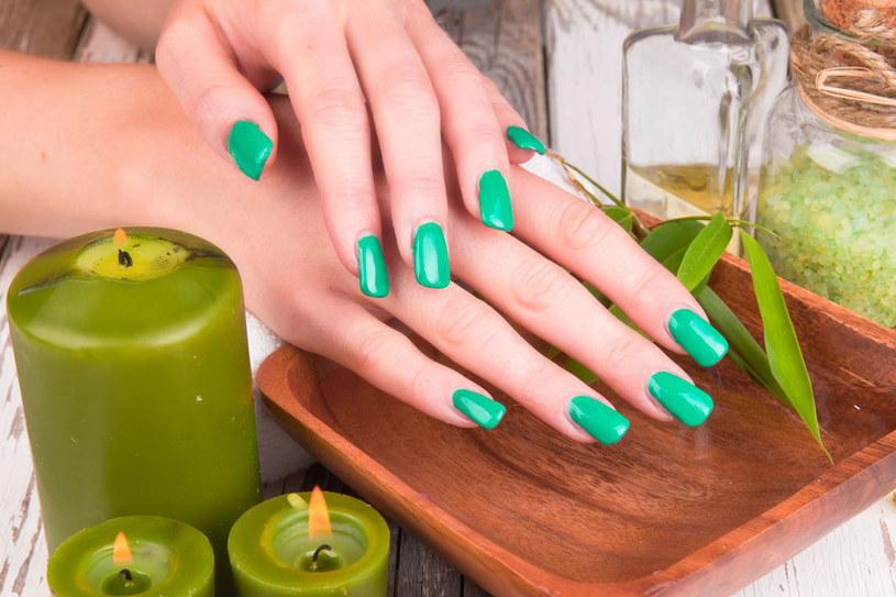 Świeże, soczyste odcienie zieleni na paznokciach są przebojem tego lata /123RF/PICSEL