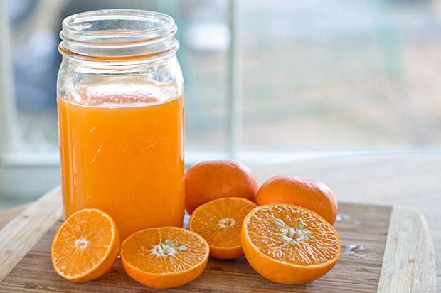 Świeżo wyciśnięty sok pomarańczowy /© Photogenica