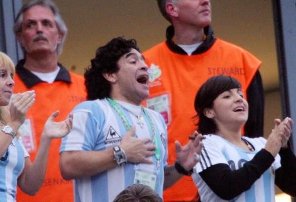 Swoich młodszych kolegów dopingował Diego Maradona /AFP