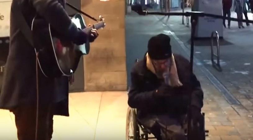 Swoim wykonaniem bezdomny Davey zaskoczył przechodniów /YouTube /INTERIA.PL