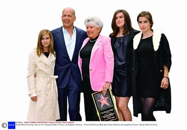 Swoją gwiazdę na Bulwarze Sław w Hollywood odsłaniał w towarzystwie mamy Marlene i trzech córek z pierwszego malżeństwa. /East News Poland SP.Z O.O.