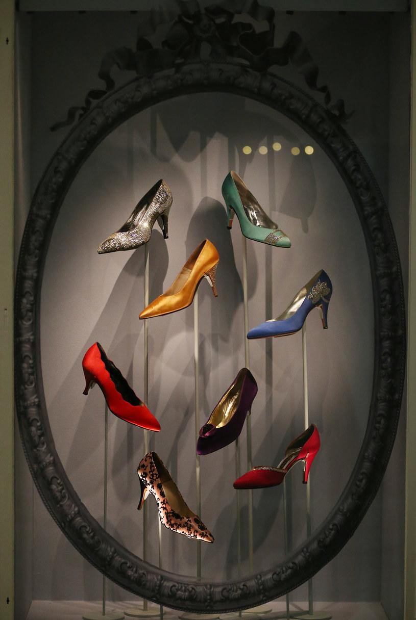 Swoje miejsce na wystawie mają też buty /Getty Images