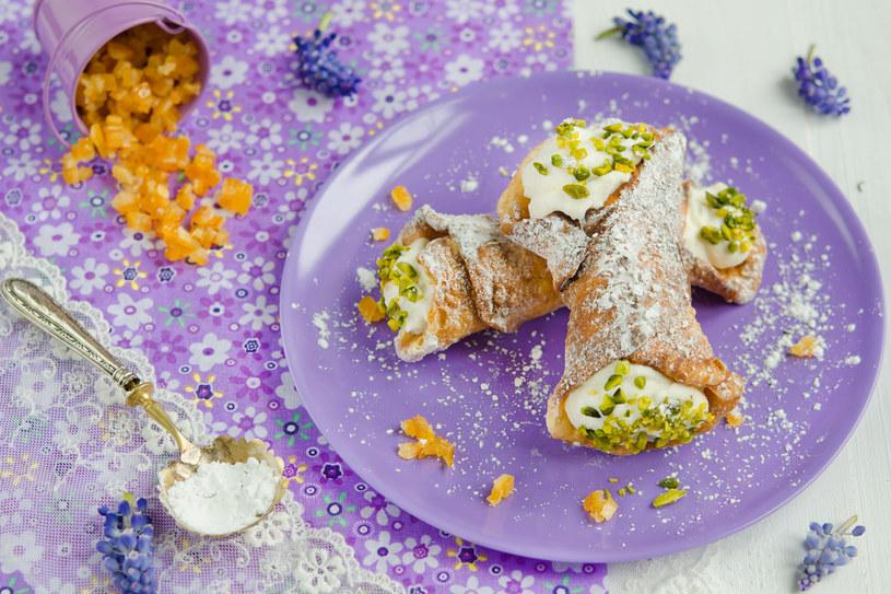 Sycylijska ricotta z owczego mleka jest zniewalająca. Lubię   ją zwłaszcza w deserach: z miodem, posypaną cukrem, pistacjami   oraz skórką pomarańczową /123RF/PICSEL