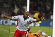 Sylvain Wiltord trzykrotnie trafił do siatki Werderu Brema /AFP