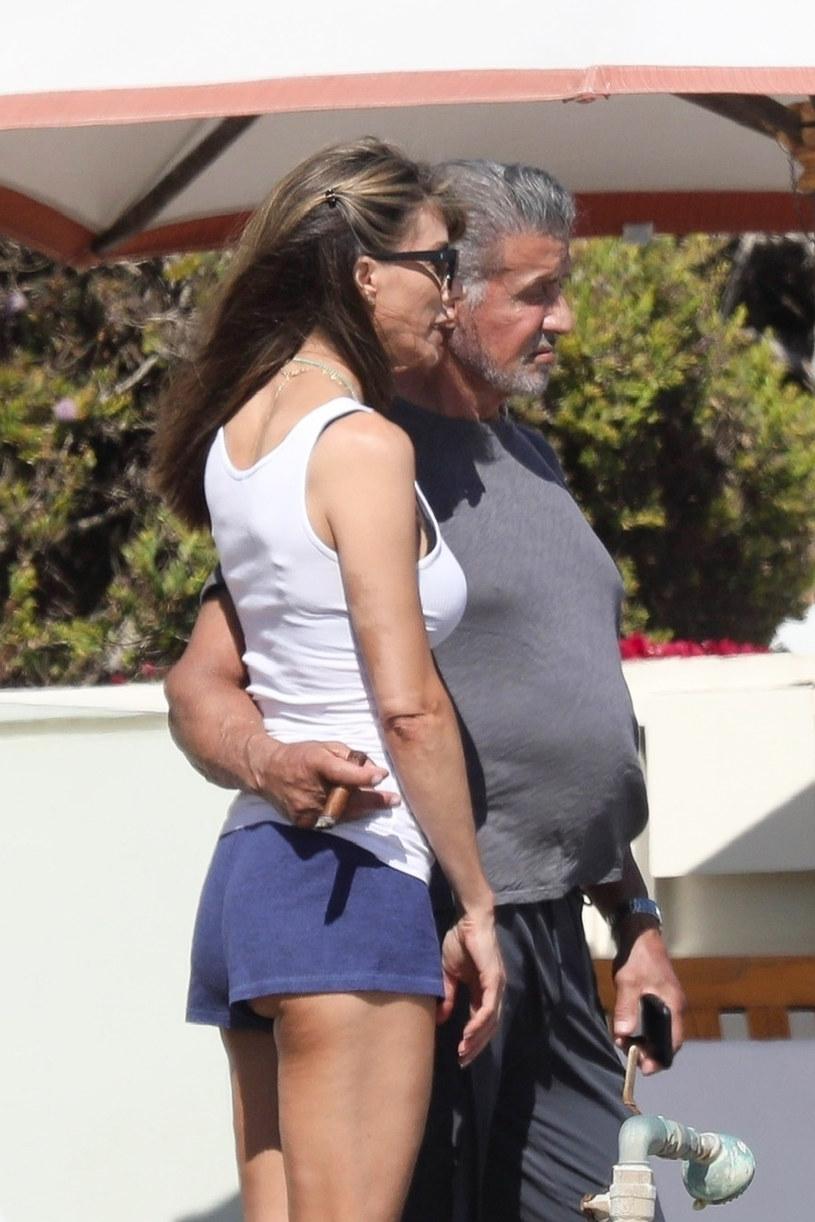 Sylvester Stallone nie zdjął na plaży koszulki /BACKGRID /East News