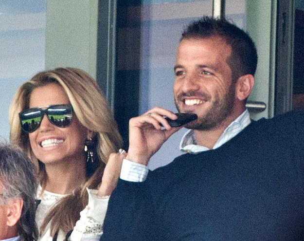 Sylvie i Rafael van der Vaart. Piłkarz chce, żeby jego rodzina mogła oglądać jego mecze w luksusowych warunkach /AFP