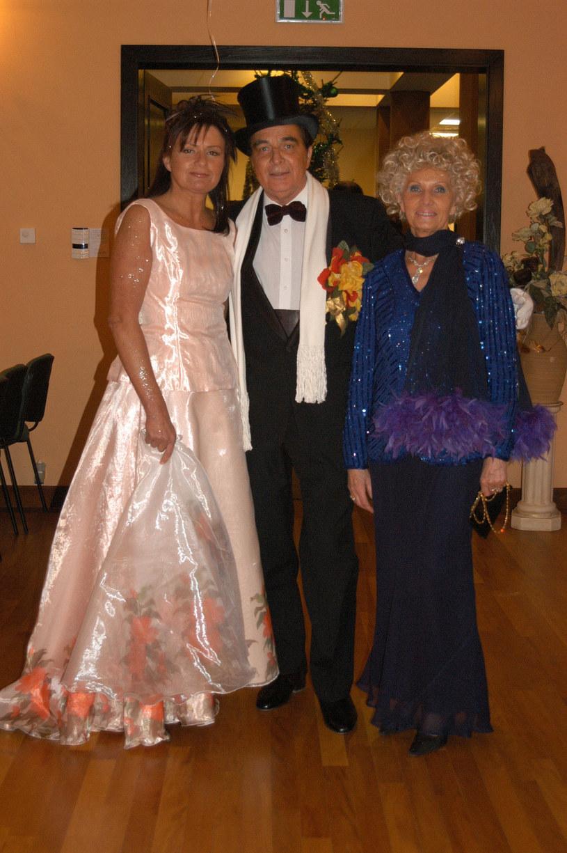 Sylwester 2003: Bogdan Krzywicki z żoną (P) i dziennikarką Zofią Czernicką (L) /Tricolors /East News