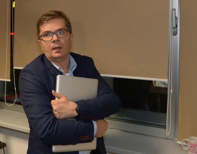 Sylwester Latkowski z laptopem /Radek Pietruszka /PAP