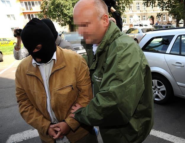 Sylwester R., b. prezes ZUS, prowadzony na przesłuchanie. Fot. Marcin Bielecki /FORUM