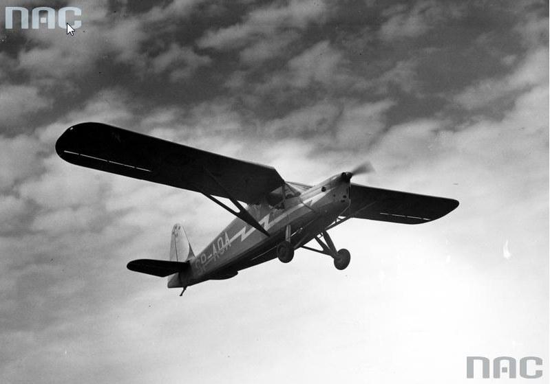 Sylwetka samolotu RWD-13 podczas lotu /Z archiwum Narodowego Archiwum Cyfrowego