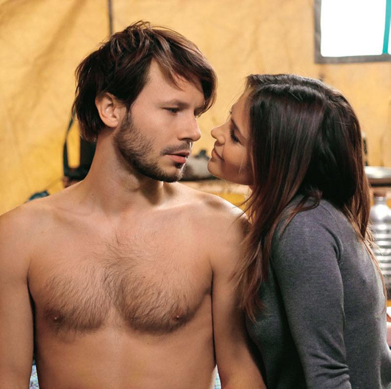 Sylwia (Edyta Herbuś) wepchnie się pijanemu Radkowi (Mateusz Banasiuk) do łóżka /Kurier TV