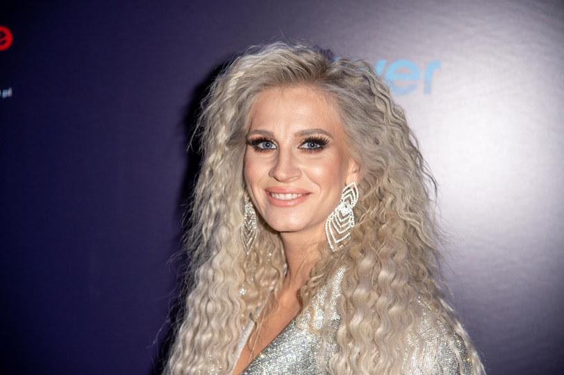 Sylwia Grzeszczak jeszcze do niedawna miała blond włosy. Teraz znów wraca do ciemnego koloru /Artur Zawadzki /Reporter