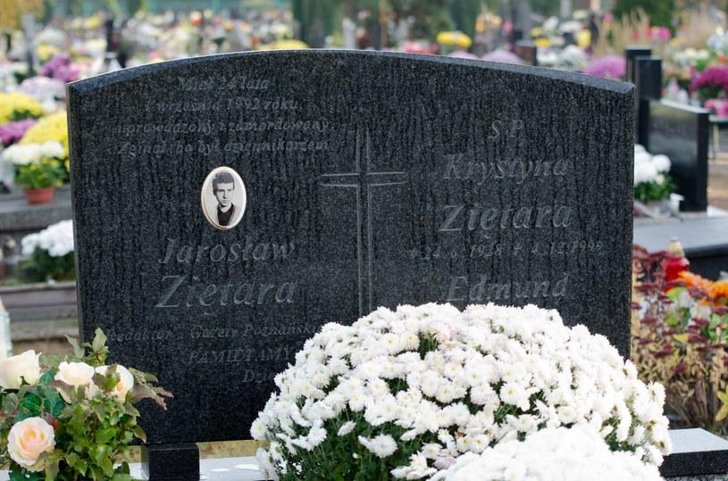 Symboliczny grób Jarosława Ziętary na cmentarzu komunalnym przy ulicy Wiślanej w Bydgoszczy /Łukasz Piecyk /Reporter