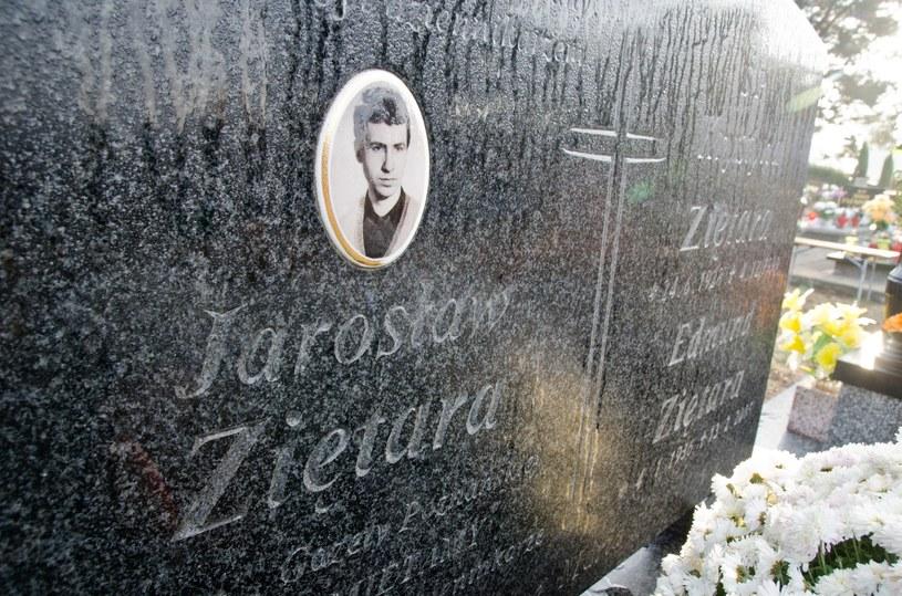 Symboliczny grób Jarosława Ziętary /Lukasz Piecyk/REPORTER /East News