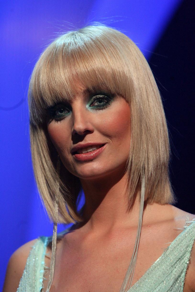 Symetryczne cięcie, zniszczone od rozjaśniania włosy i mocny makijaż - tutaj Agnieszka zaliczyła niestety wpadkę! /Piotr Fotek /Reporter
