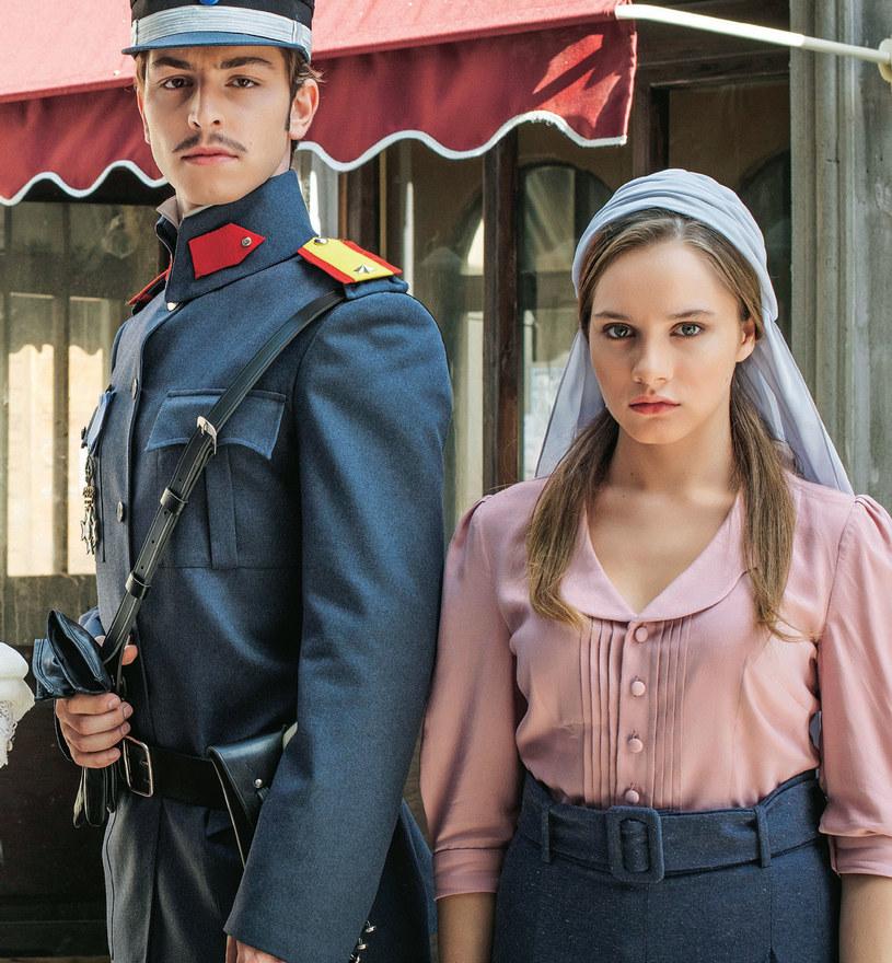 """Sympatia, jaką widzowie obdarzyli Hilal i Leona, zaskoczyła nawet twórców serialu. Internauci nadali bohaterom przydomek """"Hileon"""" na wzór określenia """"Brangelina"""" /Kurier TV"""