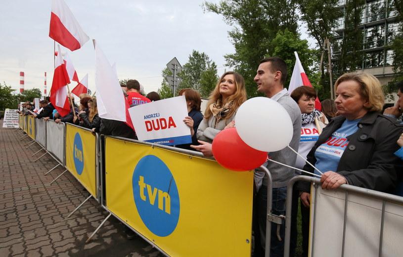Sympatycy Andrzeja Dudy przed siedzibą TVN w Warszawie /Paweł Supernak /PAP