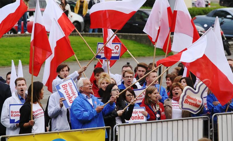 Sympatycy Bronisława Komorowskiego przed siedzibą TVN /Paweł Supernak /PAP