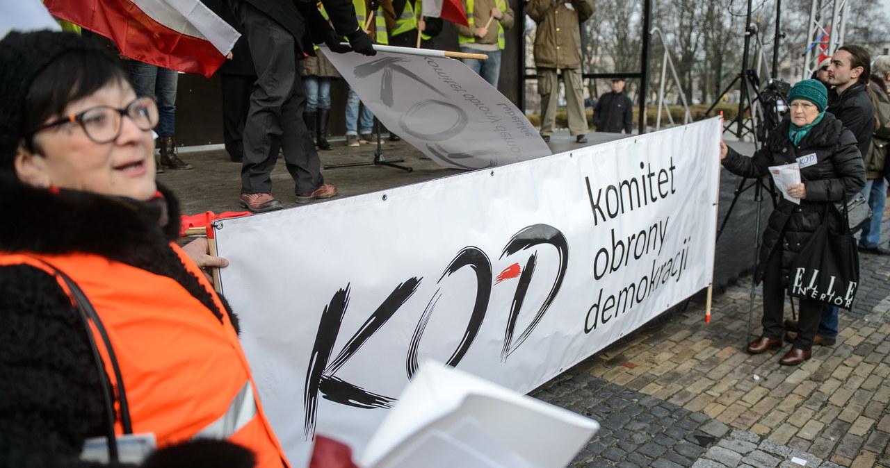 Sympatycy KOD na Placu Litewskim w Lublinie