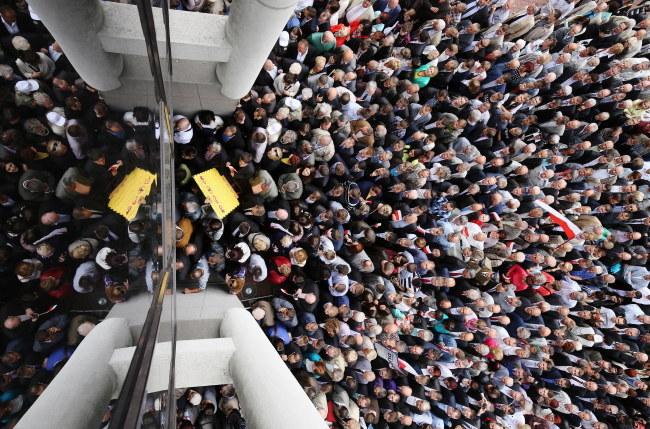 Sympatycy PiS wchodzą do Hali Widowiskowo-Sportowej Torwar w Warszawie, gdzie odbędzie się konwencja Prawa i Sprawiedliwości /Paweł Supernak /PAP