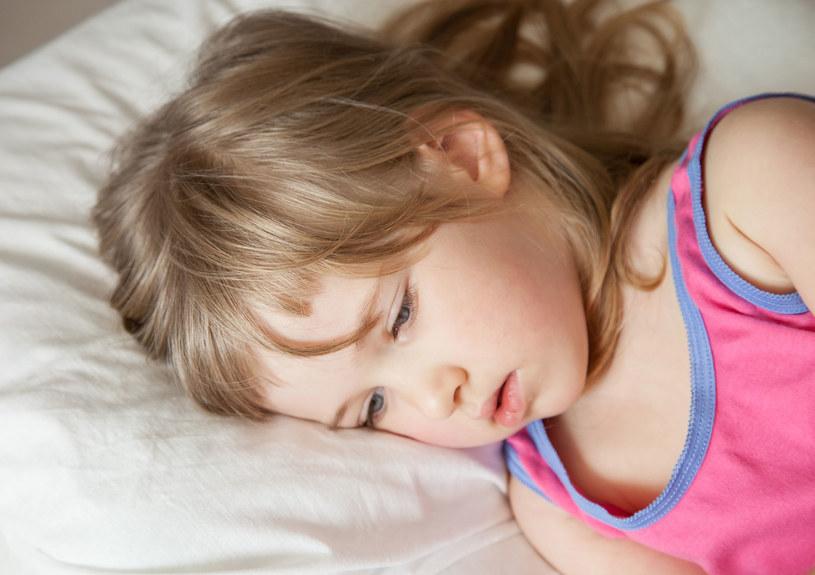 Symulowanie chorób zazwyczaj świadczy o pewnych zaburzeniach w funkcjonowaniu dziecka w otoczeniu lub jego problemach emocjonalnych /123RF/PICSEL