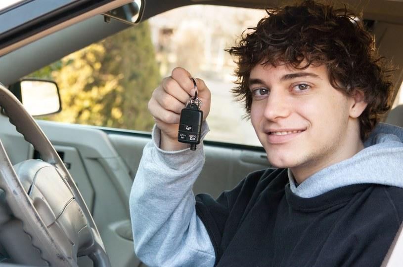 Syn był dumny, kiedy ojciec nauczył go prowadzić samochód /123RF/PICSEL