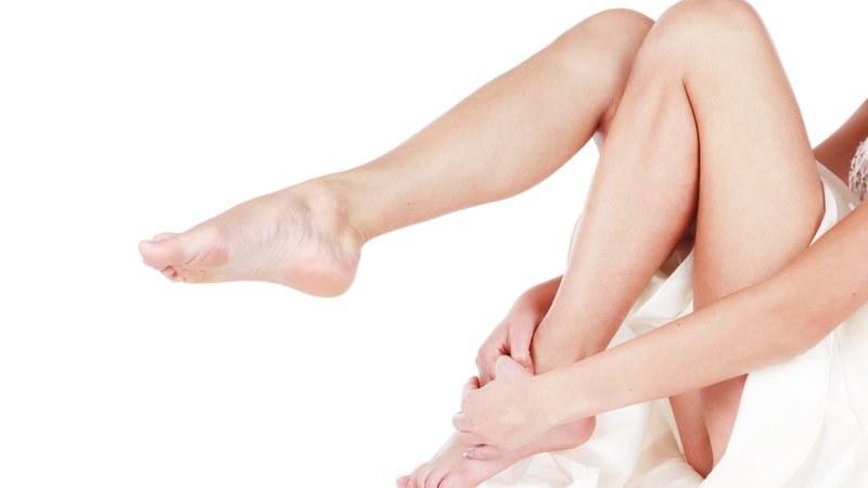 Syndrom niespokojnych nóg przyczyna /© Photogenica