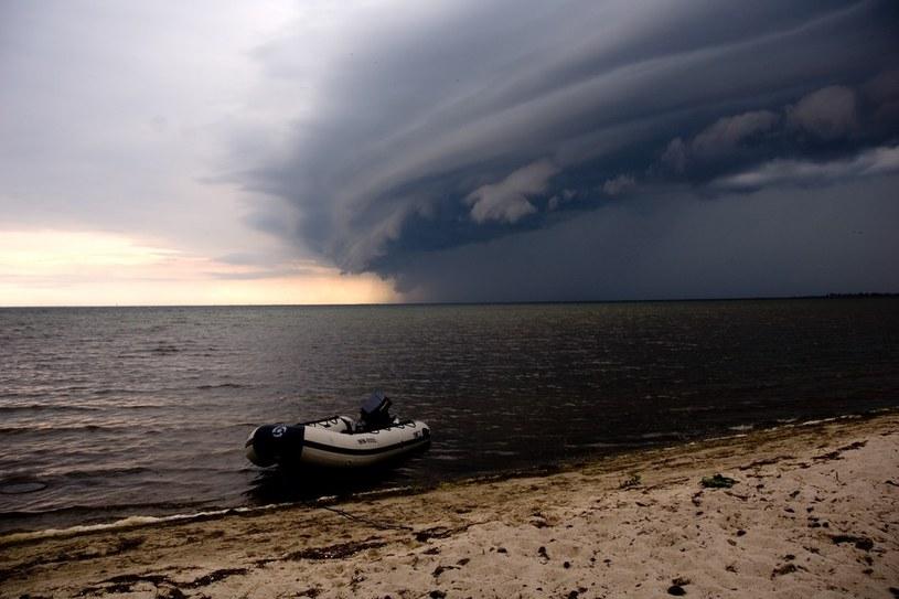 Synoptycy ostrzegają przed burzami i gradobiciami /Reporter