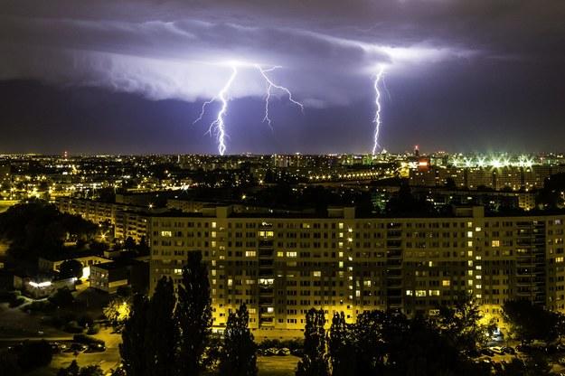 Synoptycy ostrzegają przed burzami i wichurami, zwłaszcza na południu kraju. Na zdjęciu: potężna burza z piorunami, jaka półtora tygodnia temu przeszła nad Poznaniem /Łukasz Ogrodowczyk /PAP
