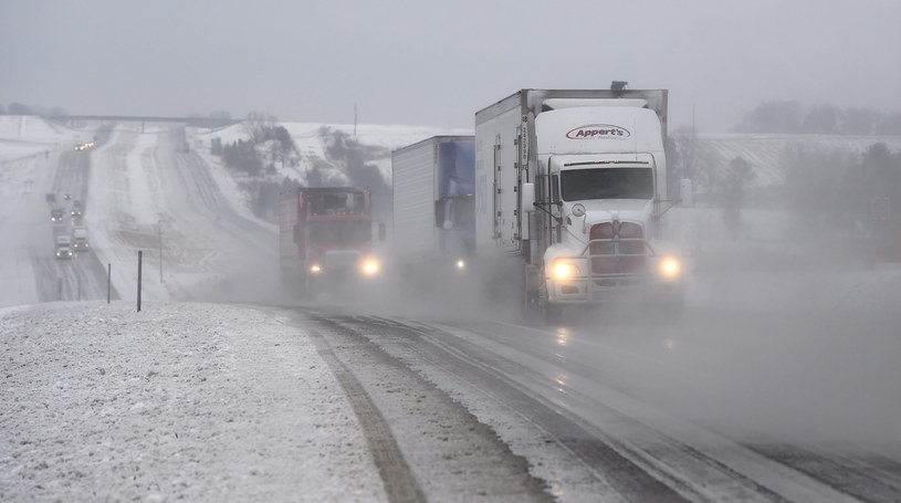 Synoptycy ostrzegają przed kolejnymi opadami śniegu /PAP/EPA
